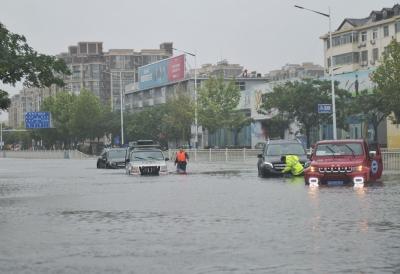 德报记者在前线|天衢路与湖滨中大道路口积水过膝 多辆汽车熄火被困 交警部门积极救援