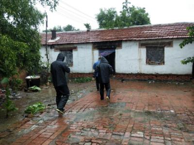 暖心 | 陵城区丁庄镇雨中巡查危房  确保群众安全